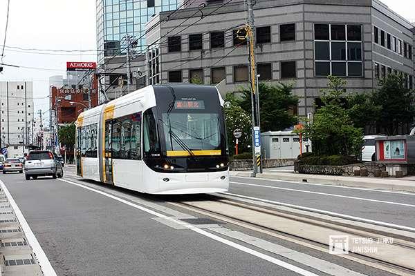 2006年轉型的富山輕軌,由於搭乘民眾不少,成為日本發展輕軌系統的典型,2020年3月將與富山地鐵合併。(攝影:陳威臣)圖/想想論壇
