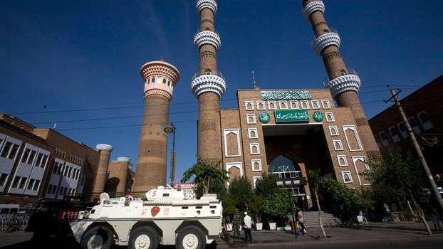 裝甲運兵車停在新疆烏魯木齊市一座清真寺外。(美聯社)