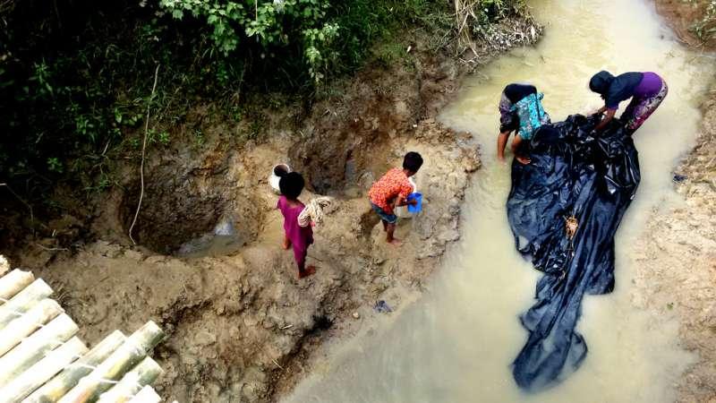 羅興亞危機爆發兩年多,仍有逾90萬難民棲身孟加拉。圖為2017年難民用汙水清洗塑膠布,這塊布將成為避難帳篷屋頂。展覽中的「難民」專區有更詳盡的孟加拉任務見聞。(©Paul Andrew Jawor/MSF)
