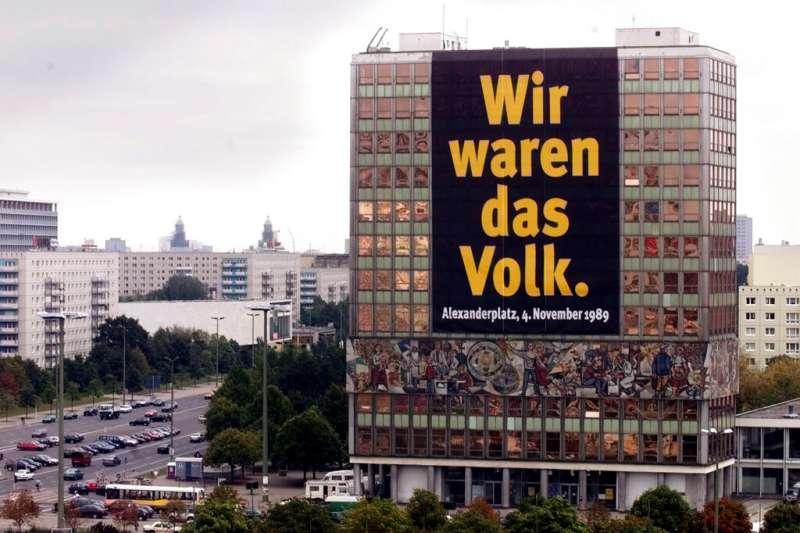 1999年的德國柏林建築掛著東德抗爭海報:「我們是人民。」(AP)