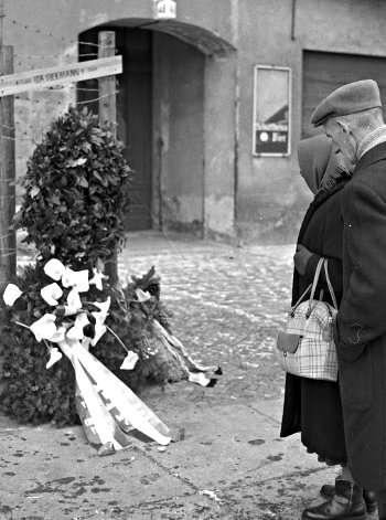 席克曼(Ida Siekmann)成為第1名因圍牆而死的柏林人,民眾獻花為她哀悼。(取自柏林圍牆紀念館官網)