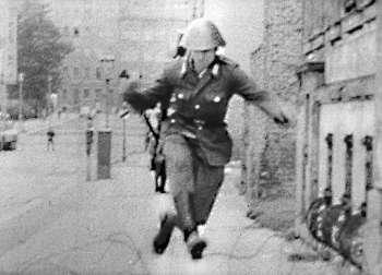 1961年8月15日,19歲東德士兵舒曼(Conrad Schumann)越過圍住西柏林的鐵絲網,叛逃至西柏林去。(取自柏林圍牆紀念館官網)