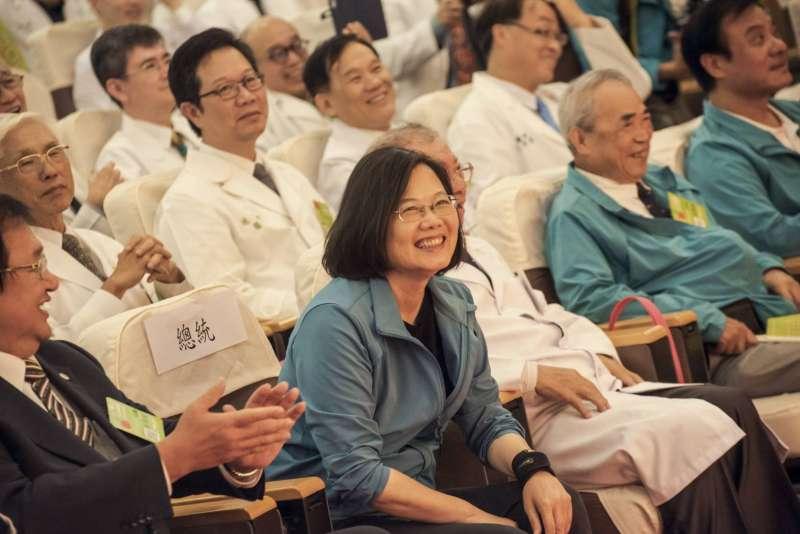 20191109-總統蔡英文今日出席全國醫師後援會大誓師活動,現場超過500位醫師、醫師娘、醫學生代表與會。(蔡英文競選辦公室提供)