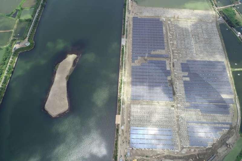 20191110-嘉義鹽灘地綠電開發廠商之一天泰能源,在保育團體質疑「候鳥不見了」的擔憂之下,相關單位最後仍決定以限縮濕地範圍方式,讓衝擊面降到最低。(取自天泰能源官方臉書)