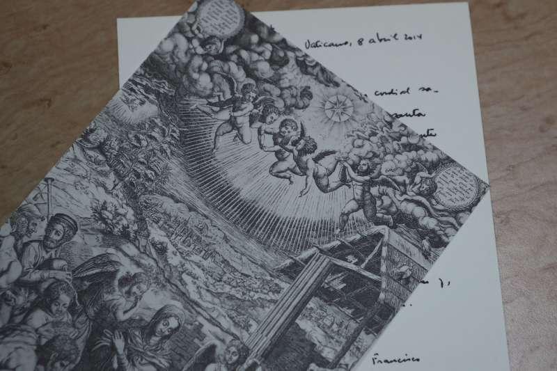 席佛瑞修女展示教宗方濟各寄到泰國給她的明信片(美聯社)