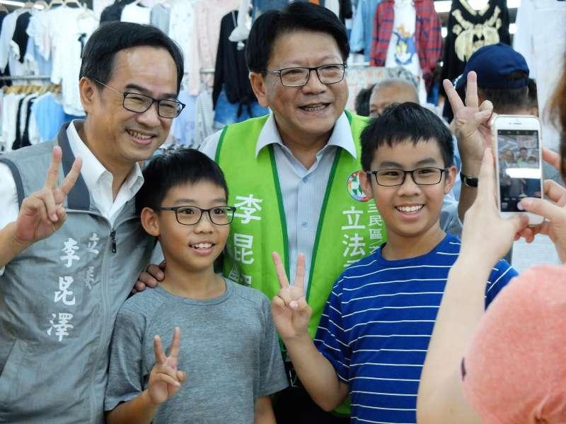 縣長潘孟安立委與李昆澤連袂到黃昏市場拜票,市民紛紛搶跟他們合照。(圖/徐炳文攝)
