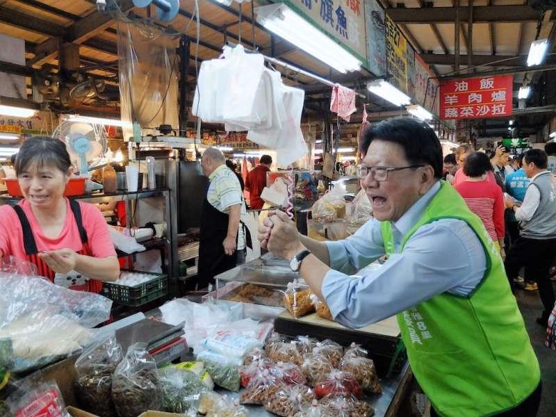 第一名縣長潘孟安走入傳統市場,邁力幫李昆澤委員拜票,尋求支持。(圖/徐炳文攝)