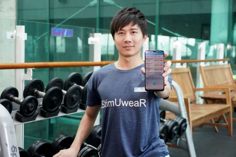 工研院「iStimUweaR複合式智能穿戴系統」,在衣服上加值低周波電導按摩以促進血液循環、減輕或舒緩疼痛。(圖/工研院提供)