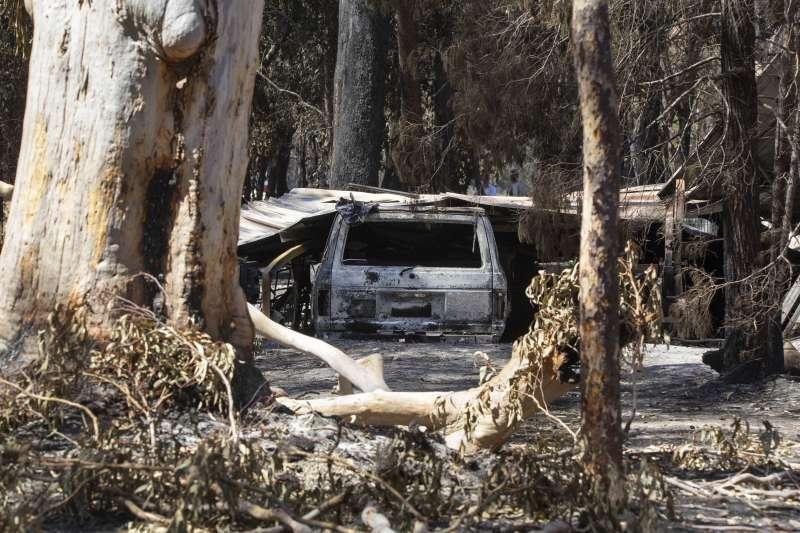 澳洲東北部昆士蘭省近日發生多起野火,當地一輛汽車遭野火焚毀(美聯社)