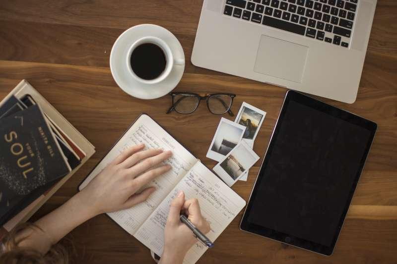 線上自學資源出現諸如寵物諮商、插花、人際關係課等非典型課程(取自Unsplash)
