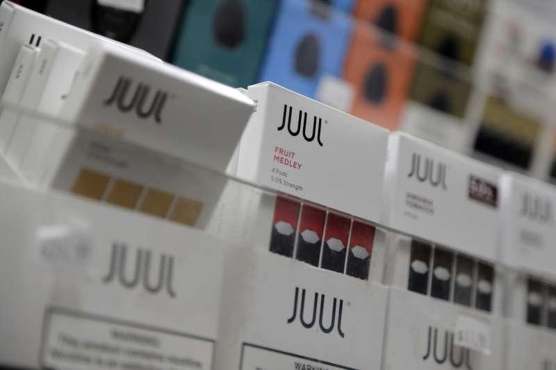 美國電子菸大廠Juul的多種水果或甜食口味電子菸廣受青少年喜愛。(AP)