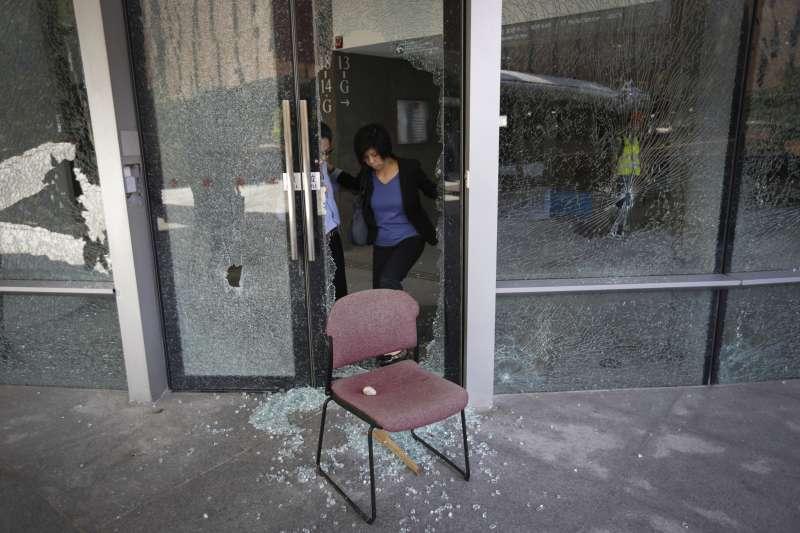 香港理工大學校內的星巴克遭示威者「裝修」破壞。(AP)