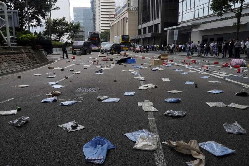 香港反送中抗爭越演越烈,示威者發起「破曉行動」阻礙交通。(AP)