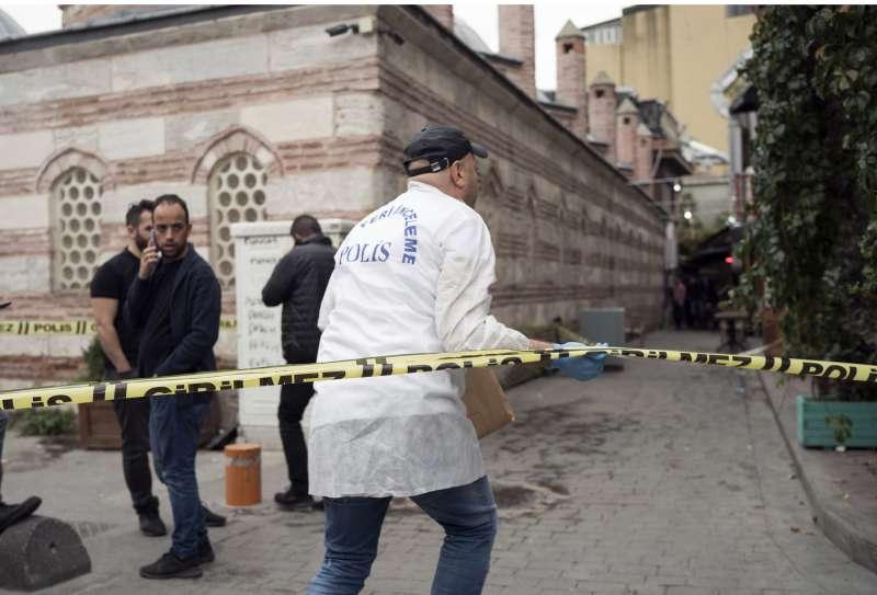 「白盔隊」共同創辦人勒.梅瑟里(James Le Mesurier)11日陳屍土耳其伊斯坦堡街頭,警方鑑識人員正在現場調查(美聯社)