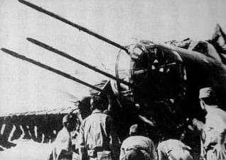在九九雙輕機身上裝上長槍,又被稱為死亡犄腳。(圖/維基百科)