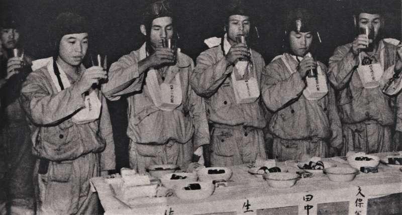 在出擊前乾杯飲酒,最左為佐佐木友次。(圖/維基百科)