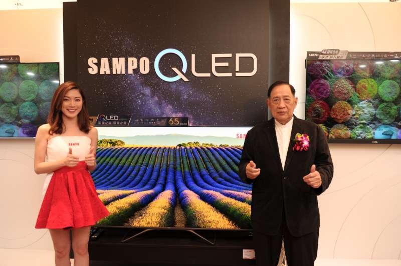 聲寶2020全新上市頂級旗艦4K QLED顯示器擁有量子點極廣色域、DOLBY Atmos劇院級音效認證(右-聲寶集團總裁陳聖沺、左-聲寶之星)(圖/聲寶)