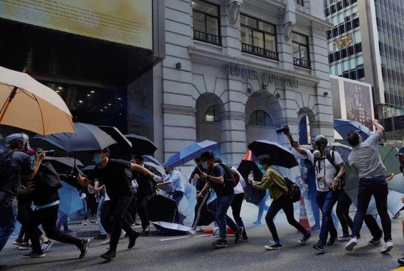 香港警察11日在街頭發射催淚彈、追捕抗爭者。(美聯社)