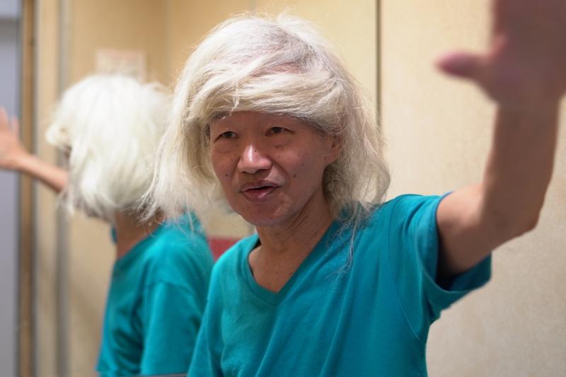 特殊的白長髮是李幼鸚鵡鵪鶉小白文鳥的招牌。(圖/ 李幼鸚鵡鵪鶉臉書)