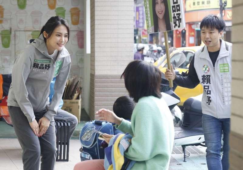 民進黨推出賴品妤(左)短短兩個月,選情由黑轉紅。(郭晉瑋攝)