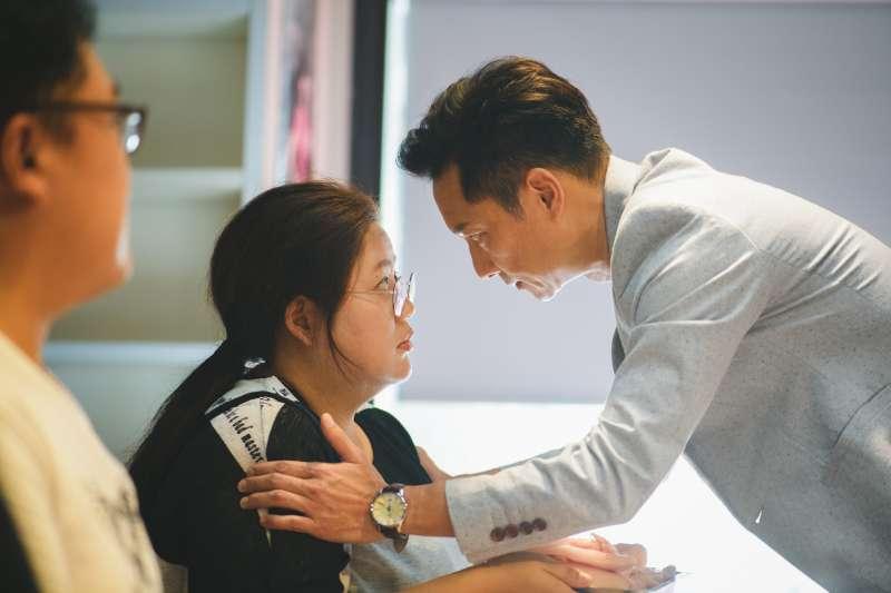 劇中減肥教室的Allen老師對著女主角阿娟說明減肥課程(圖/《大餓》粉專)