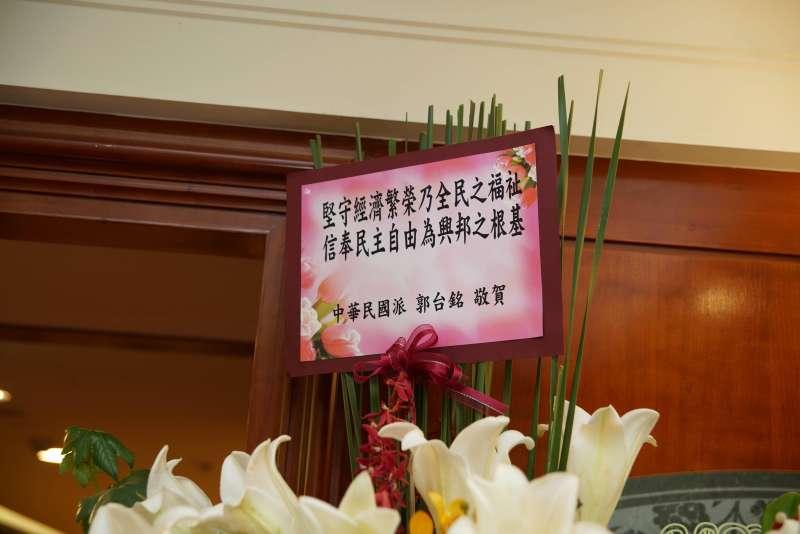20191113-親民黨13日舉行2020總統大選相關布局記者會,鴻海創辦人郭台銘致贈花籃。(盧逸峰攝)