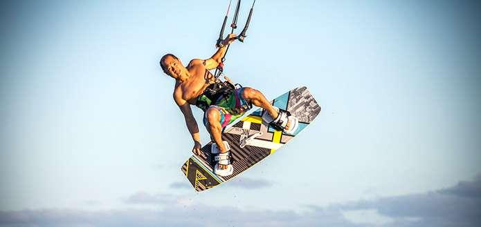 正在風箏衝浪的 Bill。(圖/取自CNN)