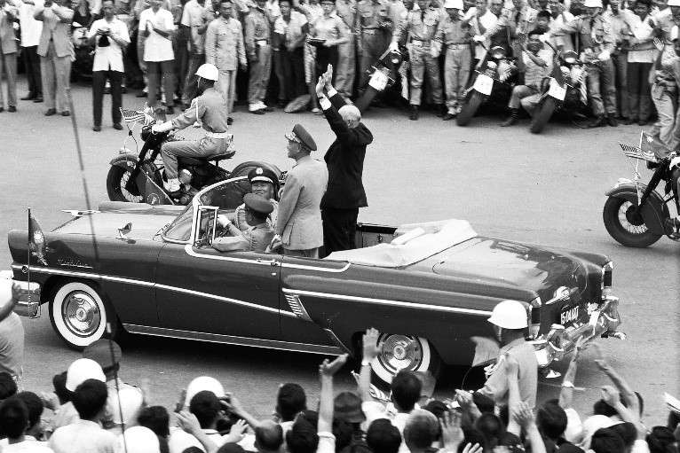 艾森豪總統座車經過時,兩旁的歡迎人群靠攏過來,最近距離只有兩、三公尺左右,幾乎與群眾面對面,這種細節只有透過照片才能確認。(作者徐宗懋提供)
