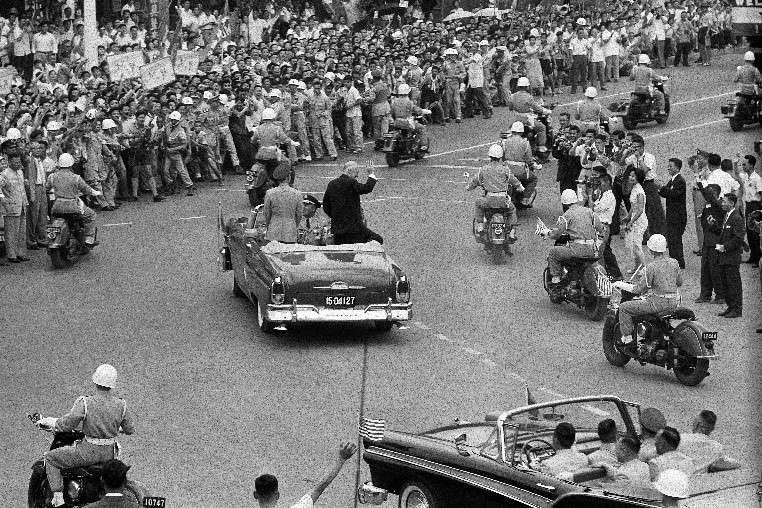 蔣中正總統與艾森豪總統的禮車由南京東路右轉中山北路,禮車由四輛警衛車開道,24輛摩托車以菱形車隊隊形兩邊隨行。艾森豪總統特別向路旁辛苦的攝影記者揮手。(作者徐宗懋提供)