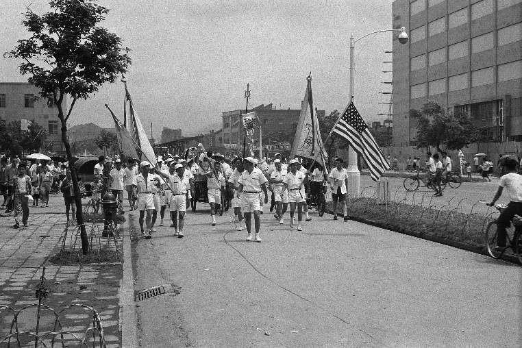歡迎艾森豪總統來訪的包括了各種民間表演團體,如舞龍舞獅,彩船高蹺,他們沿著中山北路遊行,擔任前導的青年團體操高舉著中華民國與美國的國旗。(作者徐宗懋提供)