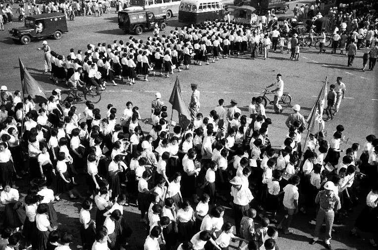 中山高中的女學生由學校老師帶隊前往中山北路,歡迎艾森豪總統,台北許多初、高中學校的學生均被學校組織,參與歡迎活動,大部份學生成年後對此經驗印象深刻。(作者徐宗懋提供)