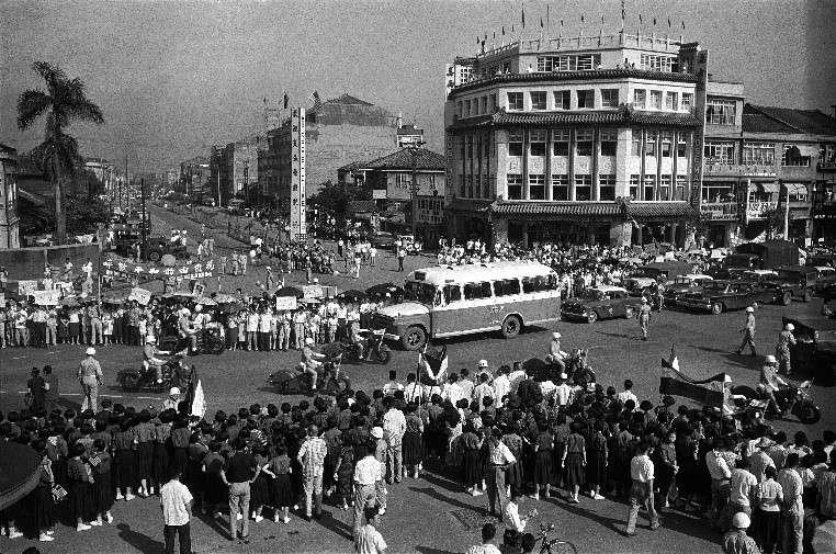 艾森豪總統的座車即將抵達,基於好奇心使然,歡迎人群不自主地向路中央靠攏,路面實然變得狹小。(作者徐宗懋提供)