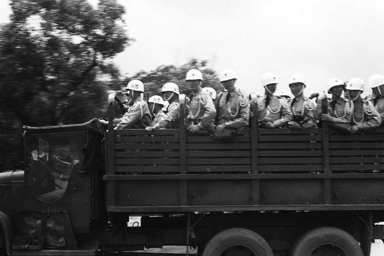 擔任艾森豪總統座車導工作的憲兵大隊,穿載整齊,儀表威嚴,以確保一路安全無虞。(作者徐宗懋提供)