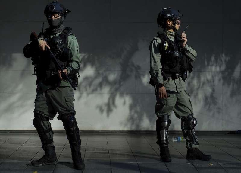 香港鎮暴警察:消息指出港府為補充兵源,已下令懲教署職員可自願擔任「特別任務警察」。(AP)