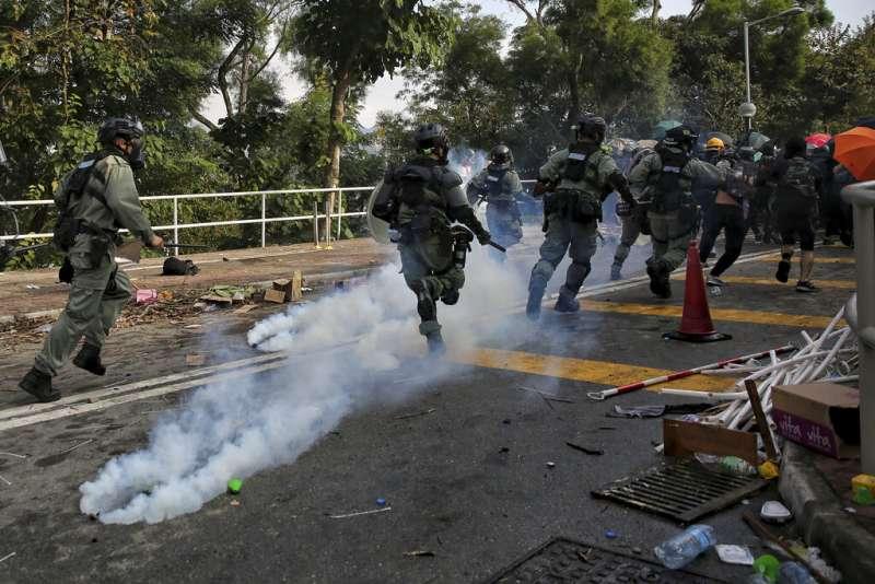 香港警察12日與抗爭者在中文大學校園發生衝突。(美聯社)