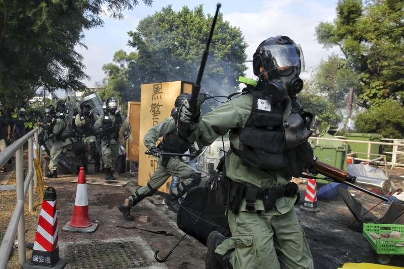香港警察12日衝進中文大學抓人。(美聯社)