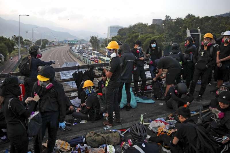 抗爭學生13日一早就在中文大學的二號橋,準備抵禦隨時可能攻進校園的香港警察。(美聯社)