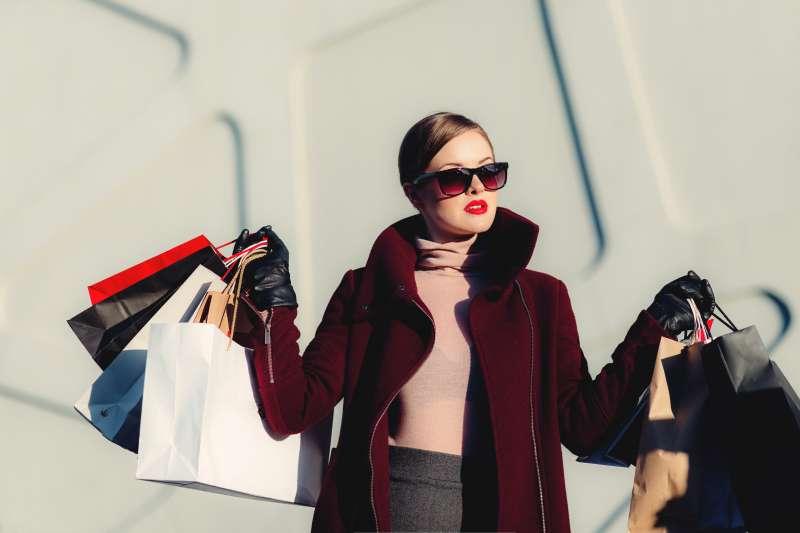 在購物時,我們期待「購物」這一行為會給生活帶來改變,這種期待才是購物的快樂源泉。(圖/取自unsplash)