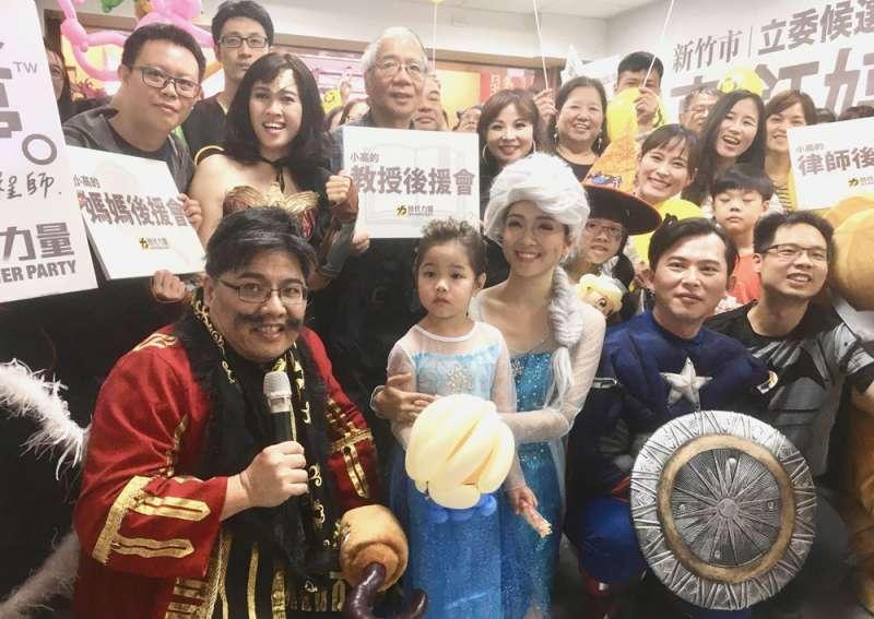競選總部成立時,高鈺婷(中)化身Elsa與現場親子同歡。(李佳穎攝)