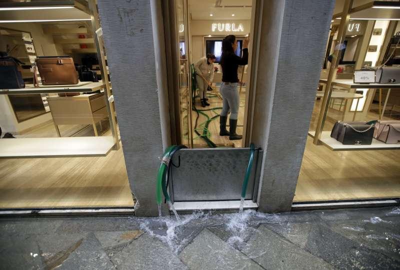 威尼斯近日發生嚴重水災,許多商家遭殃(美聯社)
