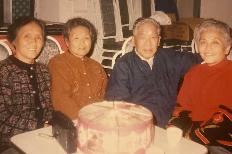 分別四十年後,尹家姐弟團聚,左起:尹英、尹儒、尹元甲和尹妻蔡樹梅。作者提供