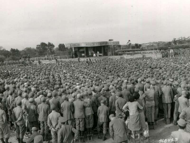 20191115-美國勞軍團舉行表演時,全場站滿了駐台美國官兵,站在後面的人員還踩在板凳上遠望。(圖/徐宗懋圖文館提供)