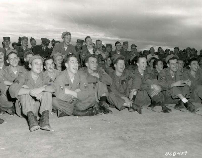 20191115-坐在前排的美軍看著勞軍團的表演開懷大笑。(圖/徐宗懋圖文館提供)