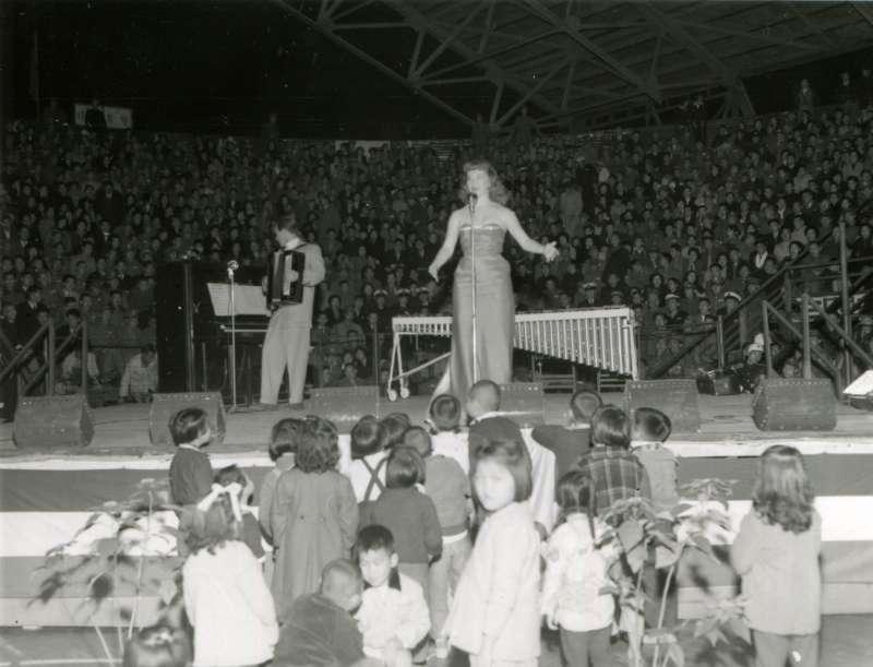 20191115-美國勞軍團在三軍體育場進行勞軍表演,前台站滿了好奇的兒童。(圖/徐宗懋圖文館提供)