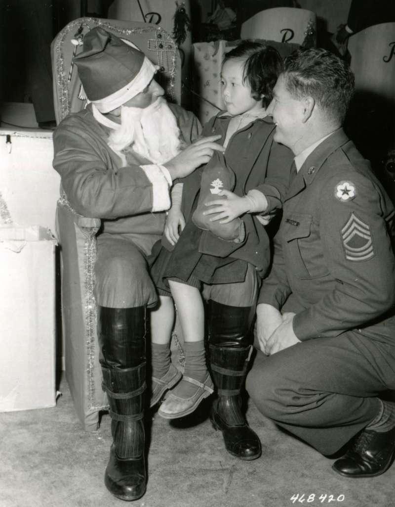 20191115-美國勞軍團成員扮演聖誕老公公,與台灣兒童相處甚歡。(圖/徐宗懋圖文館提供)