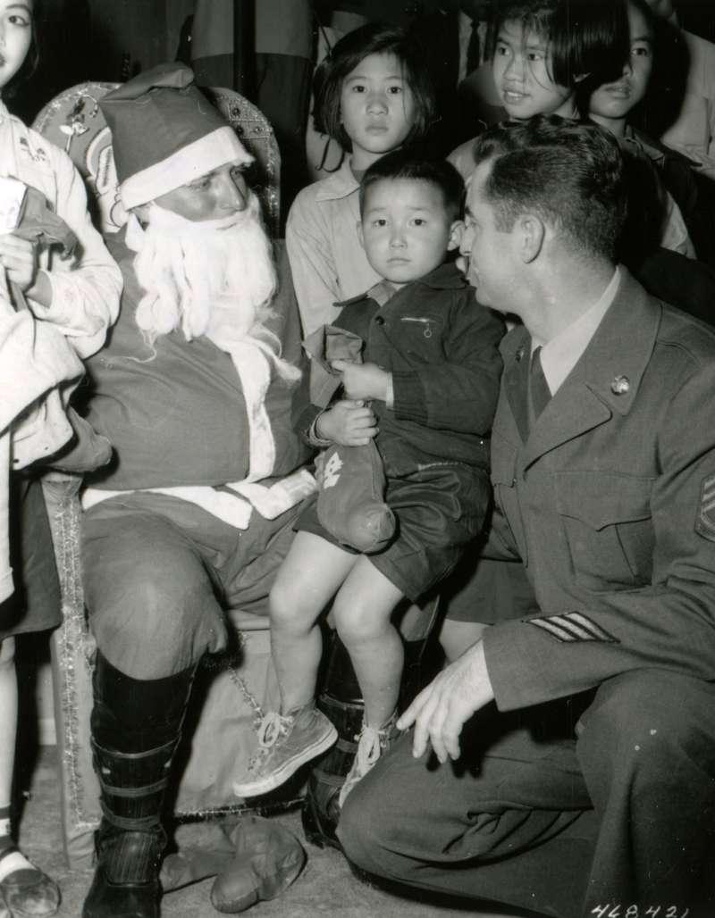 20191115-美國勞軍團成員扮演聖誕老公公,送給小男孩禮物。(圖/徐宗懋圖文館提供)