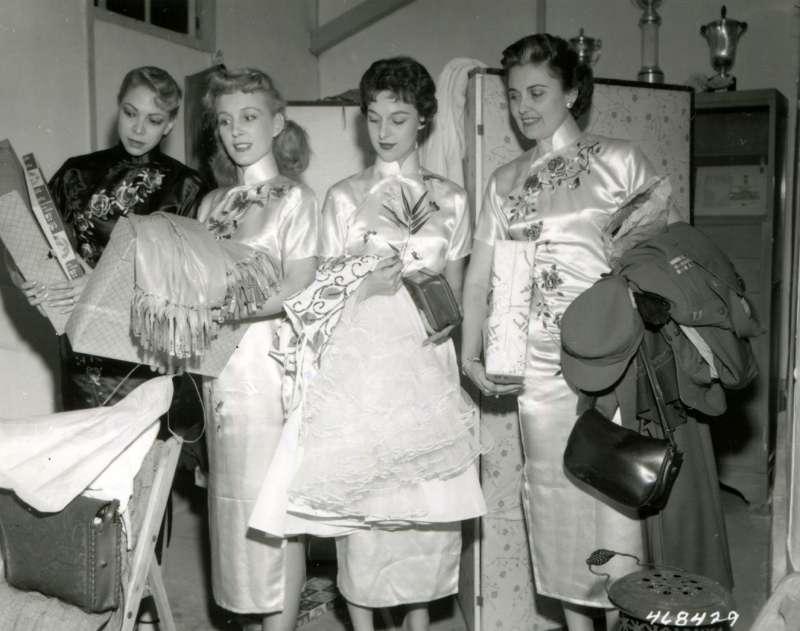 20191115-美國勞軍團女團員閒暇之餘,採購本地的華麗布料,為了配合台灣的風情,她們特別穿上中國旗袍。(圖/徐宗懋圖文館提供)