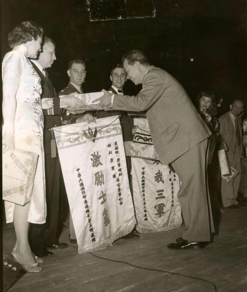 20191115-民國44年,美國勞軍團接受中華民國政府贈送旗幟,感謝他們對於提升官兵士氣所做的努力。(圖/徐宗懋圖文館提供)