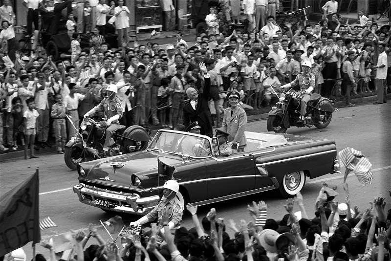 中華民國總統蔣中正先生陪同美國總統艾森豪先生搭乘大禮車,由松山機場駛向圓山飯店。歡迎的群眾站滿了道路兩旁,艾森豪總統向樓房上圍觀的市民,開懷地揮手致意。(圖/圖/徐宗懋圖文館提供)