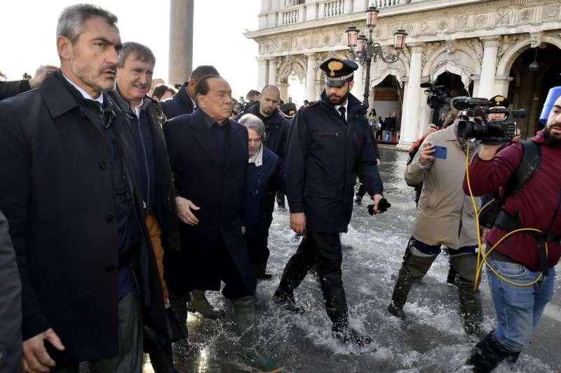 義大利「水都」威尼斯發生50年來最大水災,前總理貝魯斯柯尼(左數第三位)前往探查災情。(AP)